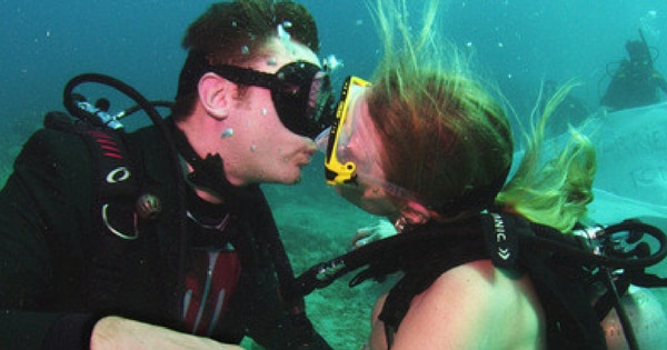 या जोडप्यानं पाण्याच्या आत केला विवाह!