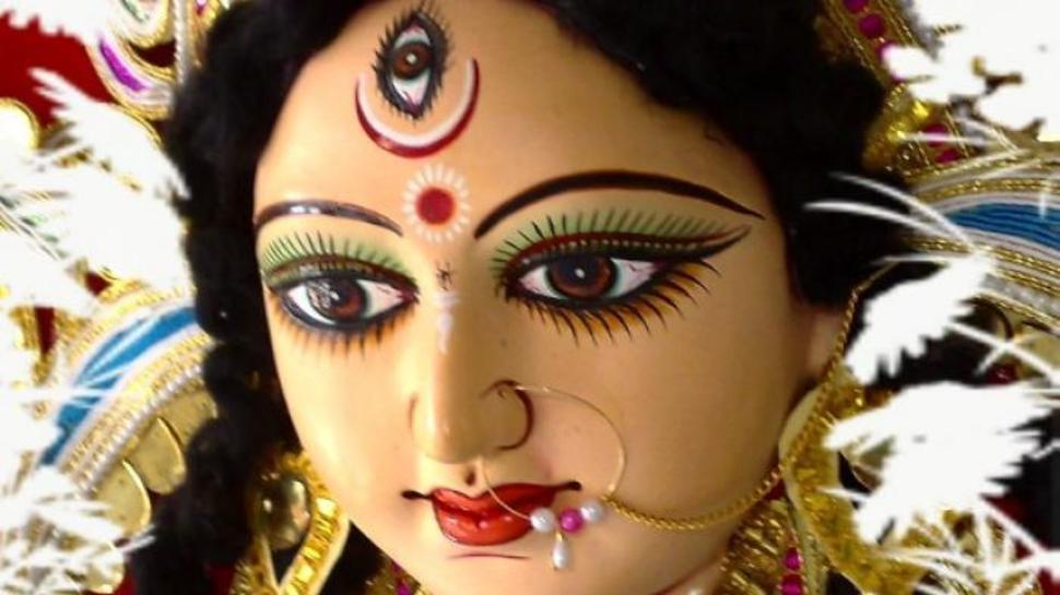 बोट घालून काढले डोळे, केले दुर्गादेवीला अर्पण; कुटुंबियांसमोरच केले कृत्य