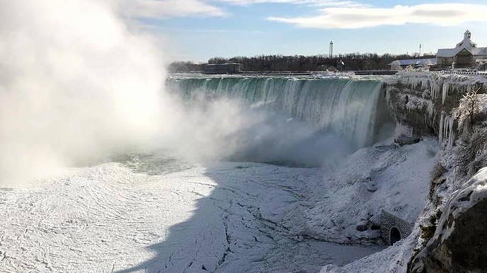 नायगरा धबधबा गोठला, पर्यटकांची पावले कॅनडाकडे