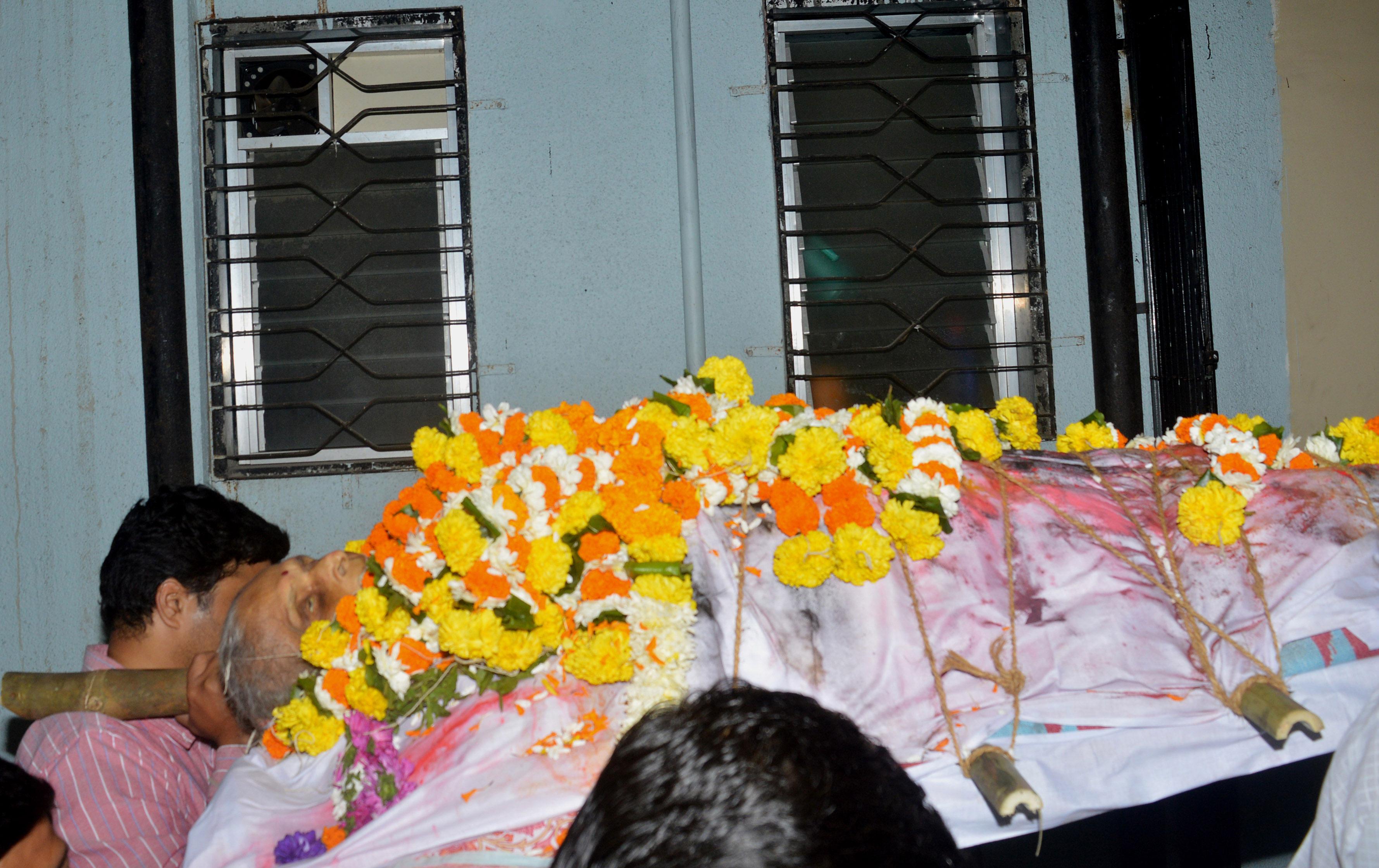 मुंबईत निघाली अंत्ययात्रा