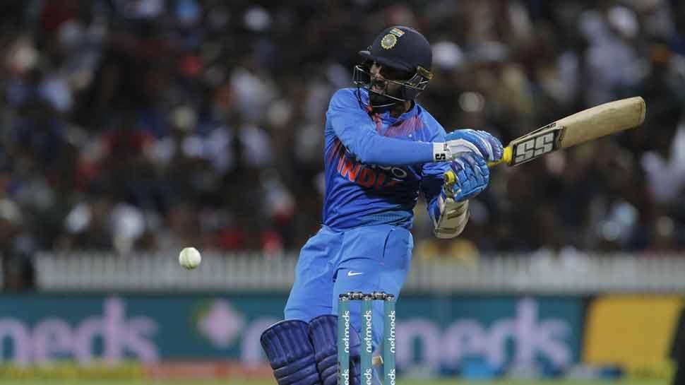 मुंबई इंडियन्सचा केकेआरचा कर्णधार दिनेश कार्तिकवर निशाणा