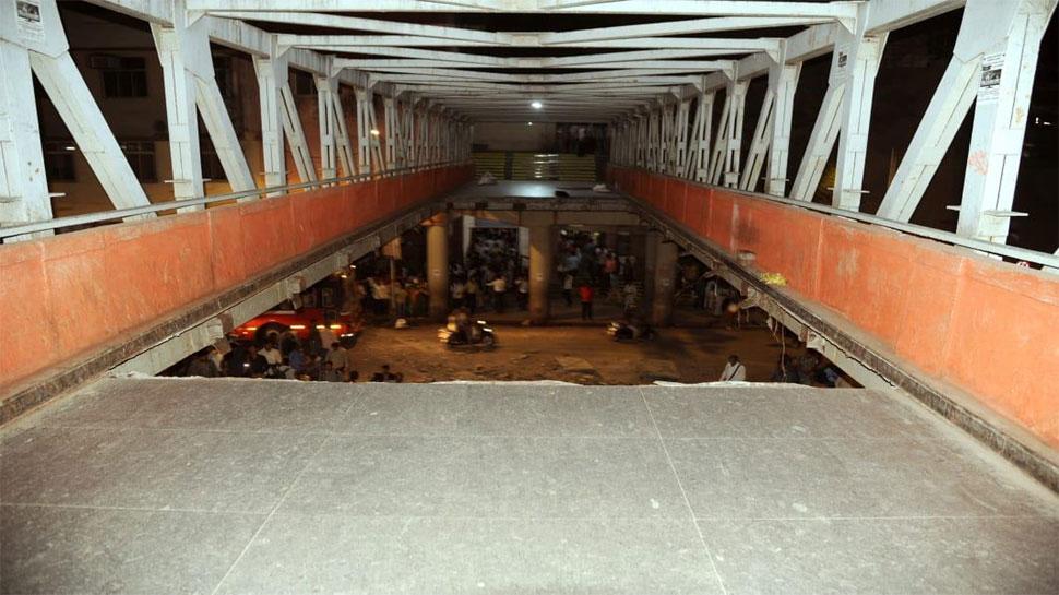 मुंबई पूल दुर्घटना : मृतांच्या नातेवाईकांना 5 लाख तर जखमींना 50 हजार मदत- मुख्यमंत्री