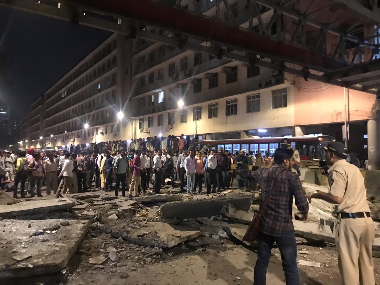 मुंबई पूल दुर्घटनेचा चौकशी अहवाल जाहीर, दोन अधिकारी निलंबित