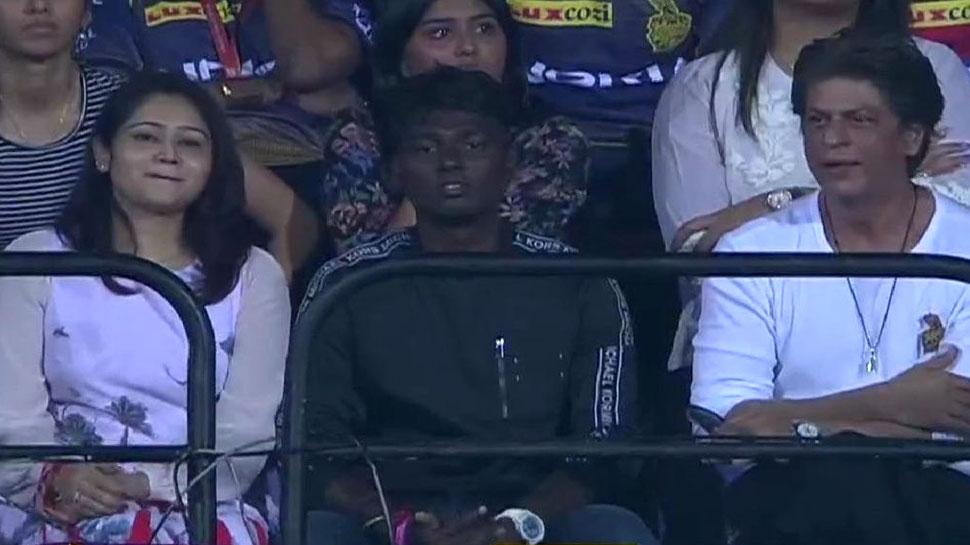 IPL 2019: शाहरुखच्या बाजूला बसलेल्या व्यक्तीबद्दल वर्णभेदी टिप्पणी, पण तो कोण आहे?