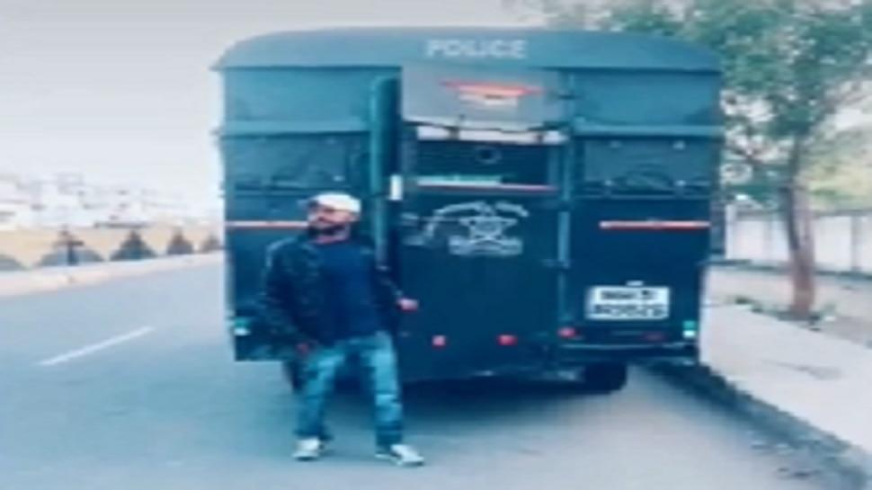 तडीपार गुन्हेगाराचा चक्क पोलिसांच्या गाडीत 'टिकटॉक'