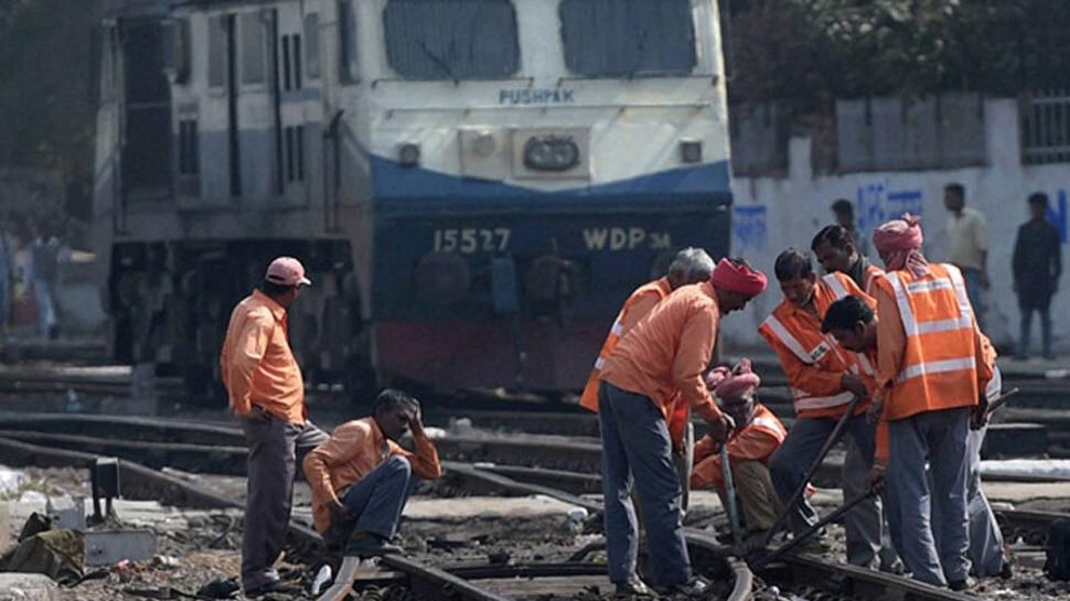 तीन लाख रेल्वे कर्मचाऱ्यांच्या नोकरीवर येणार गदा?