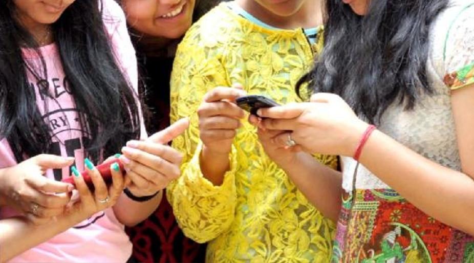 औरंगाबादमध्ये जवळच्या व्यक्तींच्या नावे पाठवले जाताय तरुणींना अश्लील एसमएमस