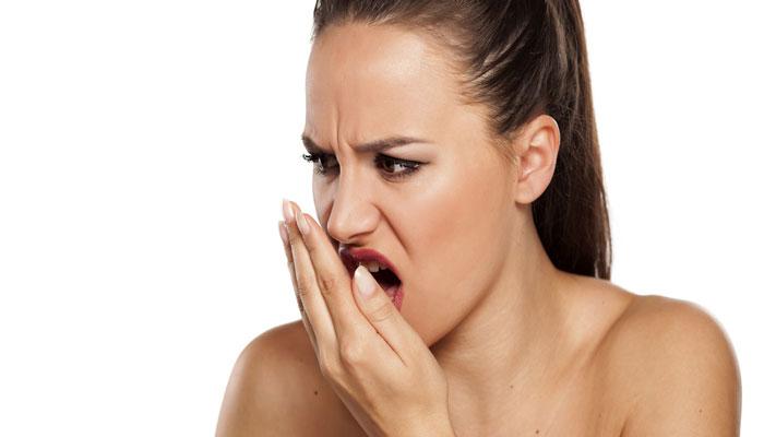 जर नेहमी नीट ब्रश करूनही तुमच्या तोंडाचा वास येत असेल, तर लगेच