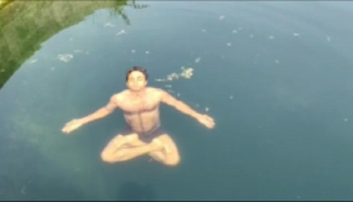 पाण्यात योगासने करुन गुरुजींचा विद्यार्थ्यांसमोर आदर्श
