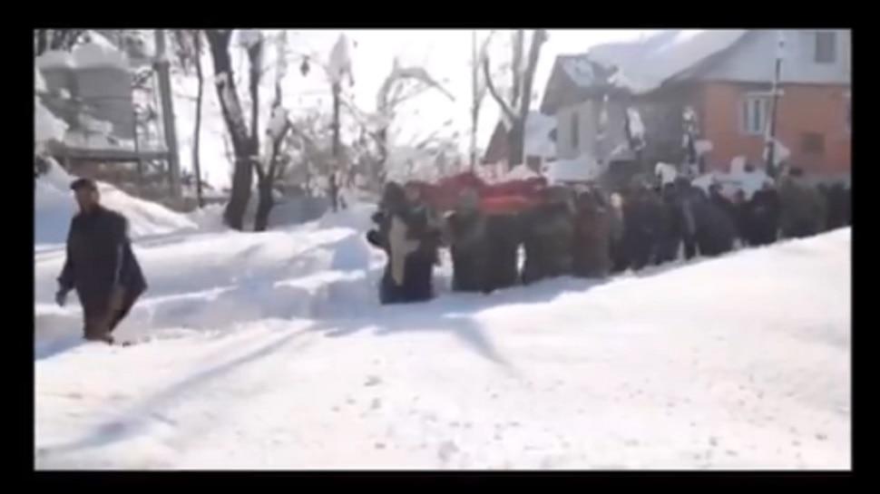 बर्फवृष्टीची तमा न बाळगता गरोदर महिलेच्या मदतीला धावले जवान