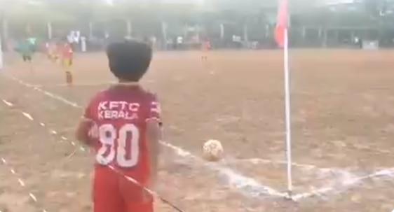 गोssssssल! दहा वर्षांच्या मुलाची थक्क करणारी 'कॉर्नर किक'