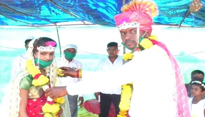 साध्या पद्धतीत लग्न करत शेतमजुराची मुख्यमंत्री सहाय्यता निधीस मदत