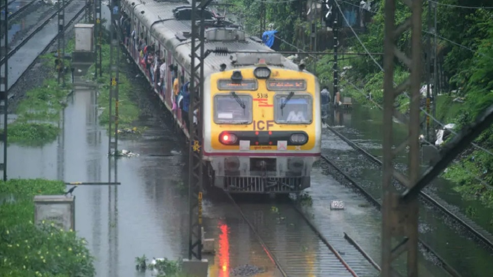 मुंबईत जोरदार पाऊस; रुळांवर पाणी साचल्याने रेल्वे सेवेवर परिणाम