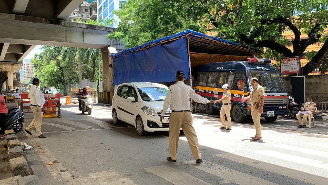 मुंबईत जमावबंदीच्या आदेशानंतर आता पोलिसांकडून वाहनांच्या तपासणीला सुरुवात