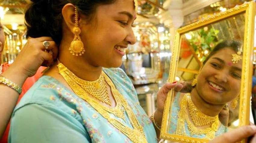 सोन्याच्या दरात घट, पण दिवळीपर्यंत इतके असतील सोन्याचे दर