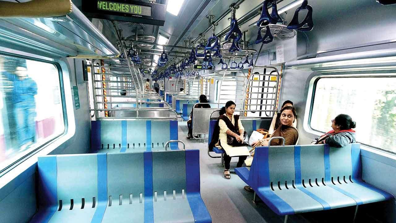 महिलांसाठी रेल्वेची मोठी घोषणा, उद्यापासून मुंबई लोकलमधून प्रवासाला मुभा