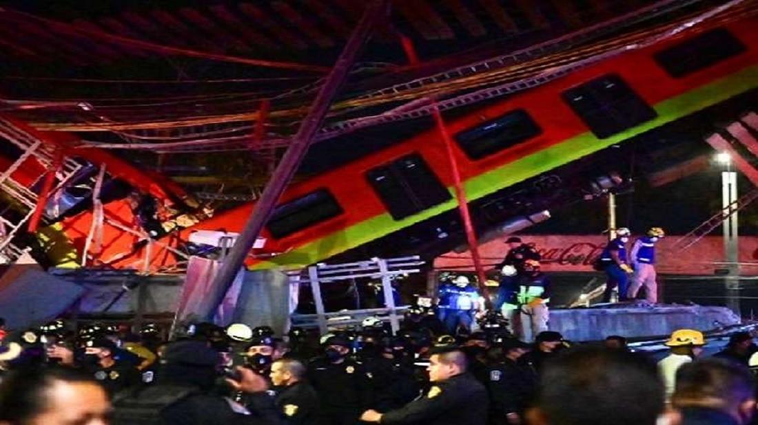 मेक्सीकोमध्ये मेट्रो रेल्वे जात असताना पूल कोसळल्याने भीषण अपघात