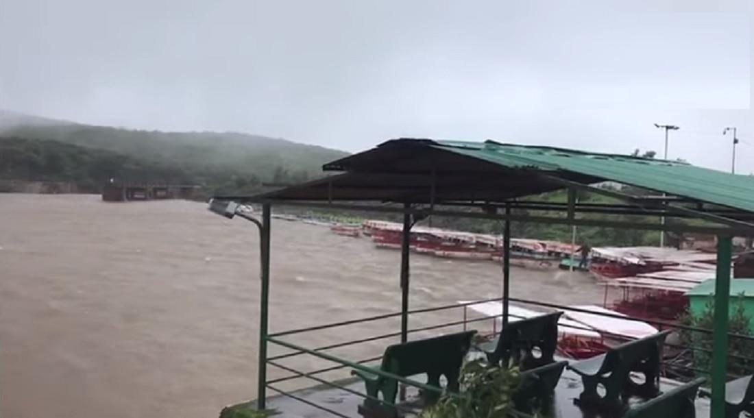 महाबळेश्वरमधील वेण्णा लेक ओव्हर फ्लो, रस्ता गेला पाण्याखाली