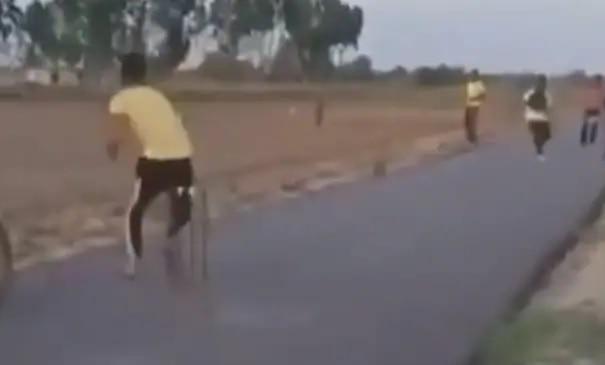 रस्त्यावर क्रिकेट खेळणं किती धोकादायक ठरू शकतं, एकदा हा व्हिडीओ पाहाच