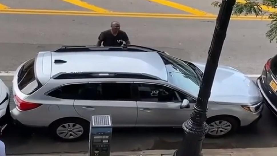 Parkingमध्ये अडकलेली कार याने कशी बाहेर काढली पाहा...तुम्ही याचे कौतुक केल्याशिवाय रहाणार नाही