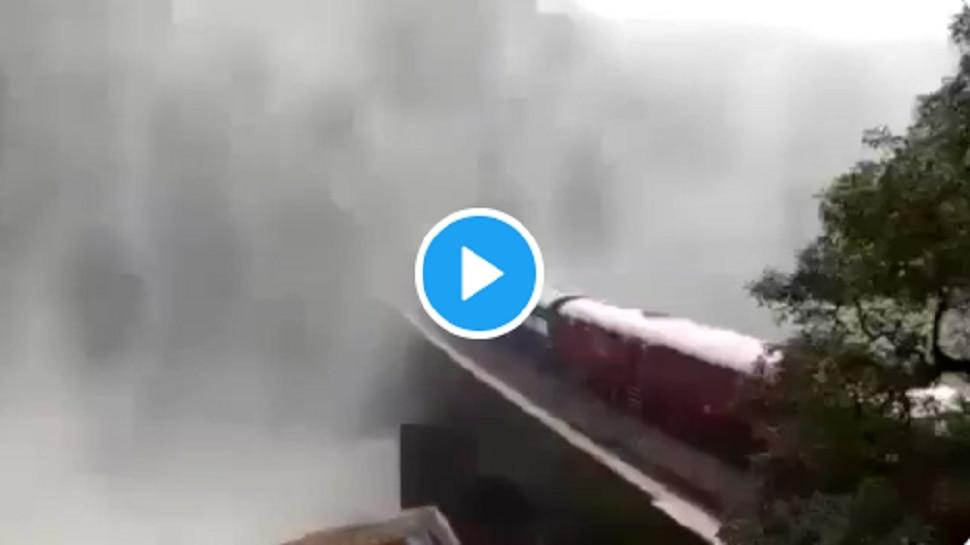 Doodhsagar Waterfall मुळं थांबवली Train, व्हिडीओ पाहून तुम्हीही व्हाल अवाक्