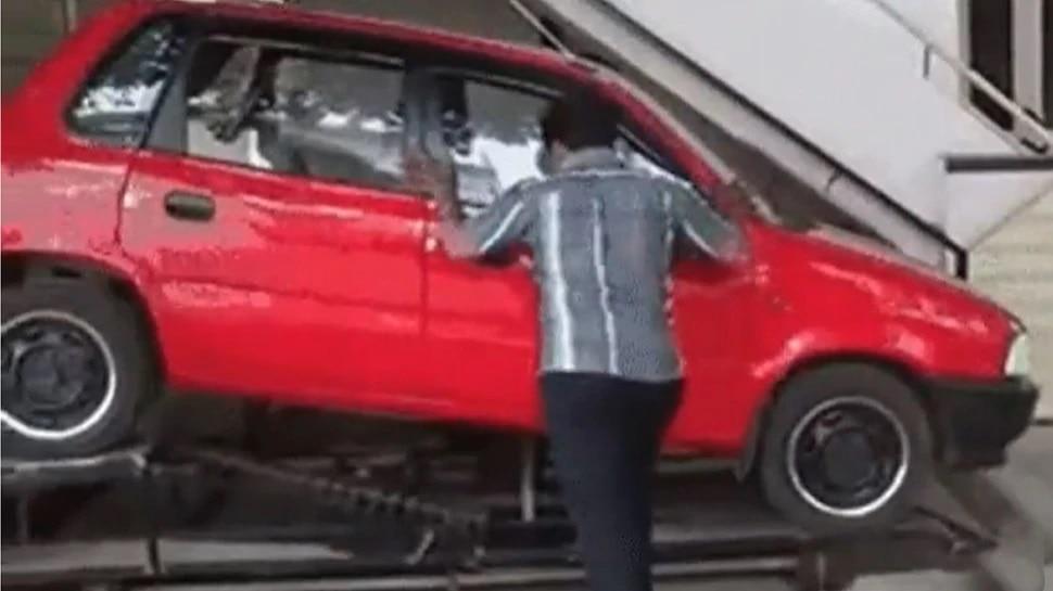 Video : कार पार्किंगच्या समस्येने तुम्हीही त्रस्त आहात का? या माणसाचा पाहा Desi Jugaad