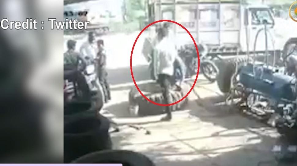 टायरमध्ये हवा भरताना भीषण स्फोट पाहा थरारक व्हिडीओ
