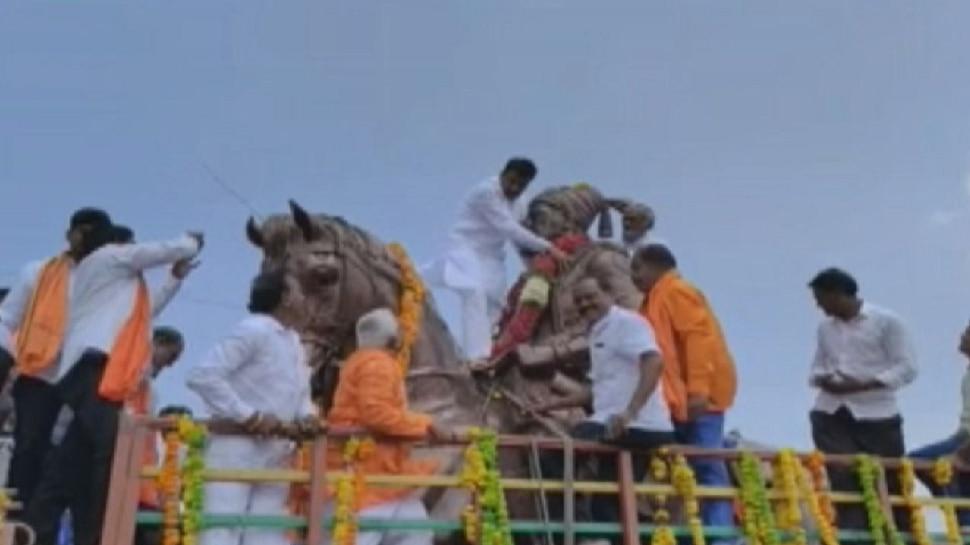VIDEO : शिवाजी महाराजांच्या पुतळ्याला हार घालताना राष्ट्रवादीच्या आमदाराकडून गंभीर चूक