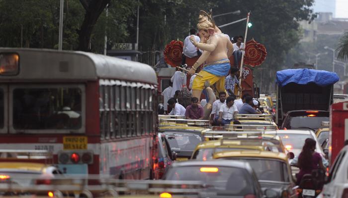 बाप्पा गणेशमंडळांना पावलाय, खड्डयांबाबत मुंबई पालिका गप्प