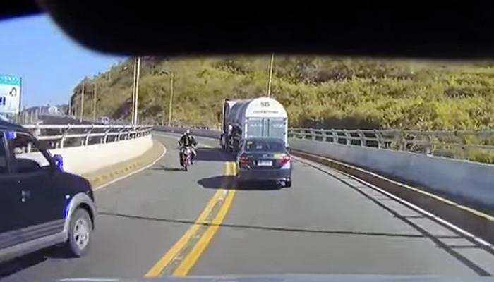 डेंजर अपघात : कारवर चढत हवेत दोन वेळा पलटी झाली बाईक