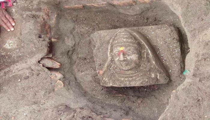 हवनकुंडासाठी खोदकाम करताना सापडली देवीची मूर्ती