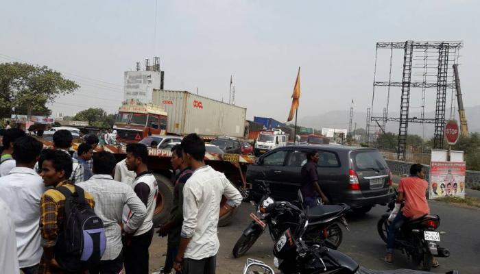 कंटेनरने दुचाकीला उडवले, मुंबई - पुणे महामार्गाची वाहतूक ग्रामस्थांनी रोखली