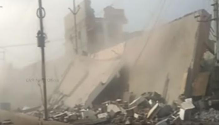 पत्त्यांप्रमाणे कोसळली तीन मजली इमारत