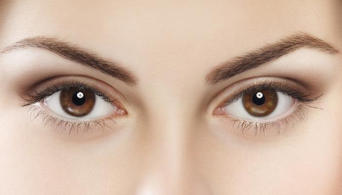 डोळ्यांच्या रंगावरून स्वभावातील या '७' गोष्टी समजतात