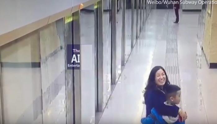 मेट्रो स्टेशनवर हरवले आई- मुलगा, सोशल मीडियावर झाले स्टार