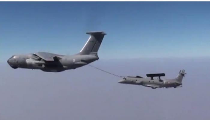 एम्ब्रेयर विमान आकाशात असताना इंधन भरणा