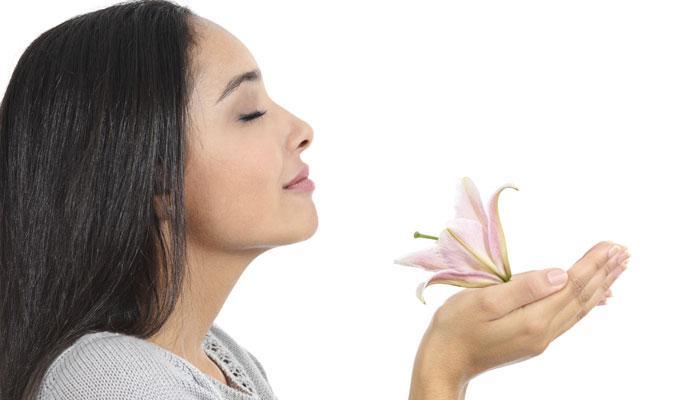 या '४' गोष्टींचा वास कमी करेल उलटी, मळमळण्याचा त्रास