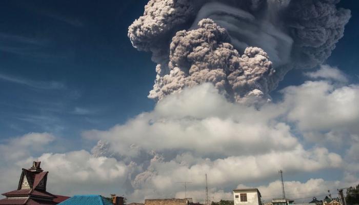 इंडोनेशियात सिनाबंग ज्वालामुखीचा उद्रेक, पाहा भयाण परिस्थिती...