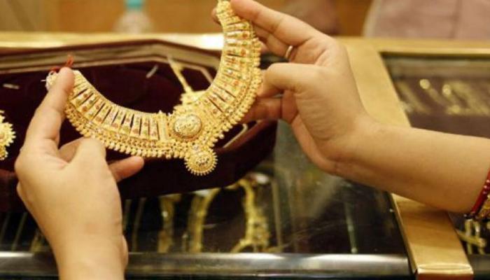 अक्षय्य तृतीयेचा मुहूर्त साधत सोनं खरेदीचा विचार करत असाल तर या '5' गोष्टीचं भान ठेवा