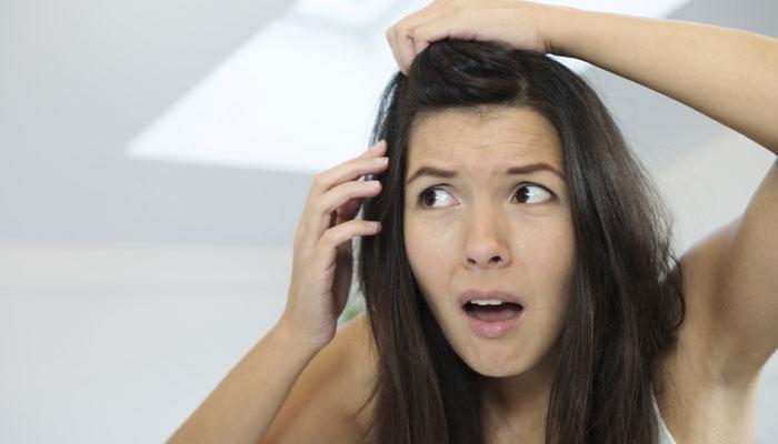पांढरे केस काळे आणि मजबूत करण्याचे ७ नैसर्गिक उपाय!