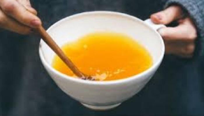 गरम पाण्यात अर्धा चमचा हळद मिसळून पिण्याचे फायदे