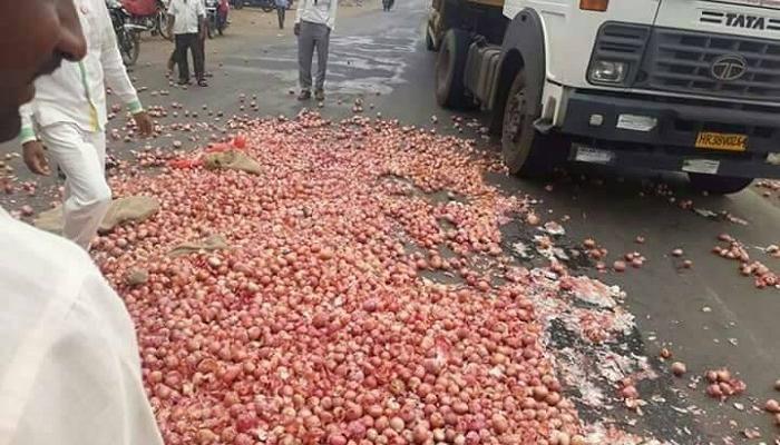 5 पैसे प्रति किलोचा भाव, संतप्त शेतकऱ्याने कांदा रस्त्यावर फेकला
