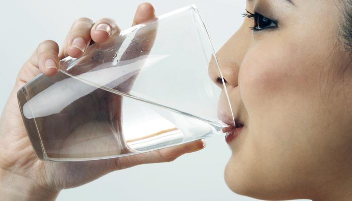 झोपण्यापूर्वी पाणी पिण्याचे हे आहेत जबरदस्त फायदे!