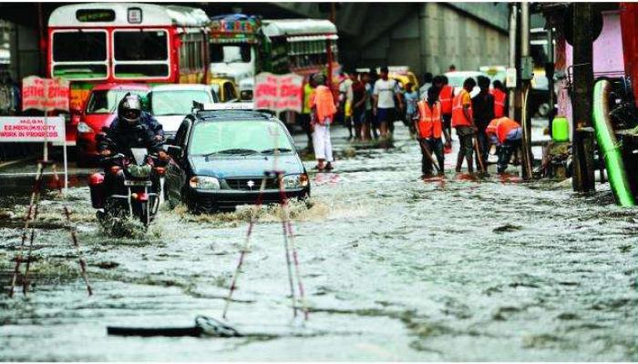 मुंबईच्या सखल परिसरात पावसाचे पाणी साचलं