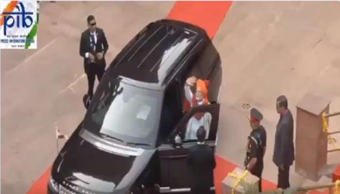 पंतप्रधान नरेंद्र मोदी गाडीत बसल्यावर पहिलं काय करतात?