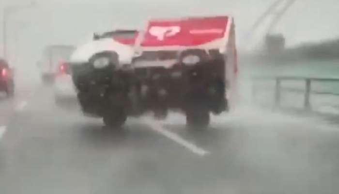 जपानमध्ये भयंकर वादळ, चालता-चालता गाड्या उलटल्या