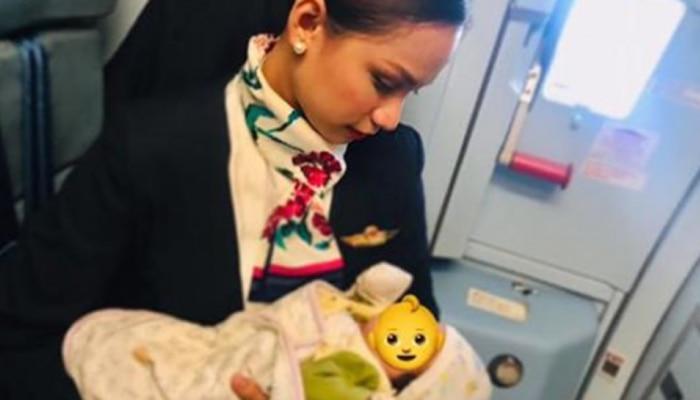 ....म्हणून 'त्या' एअरहॉस्टेसने प्रवाशाच्या बाळाला केलं स्तनपान
