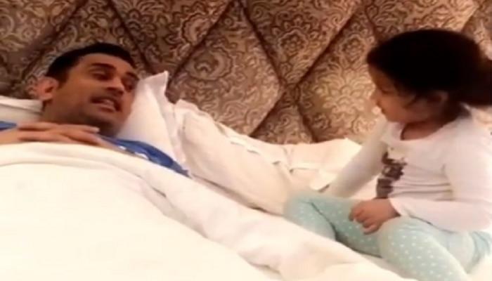 दोन वेगवेगळ्या भाषेत गप्पा मारत आहे धोनीची मुलगी झिवा, पाहा व्हिडिओ
