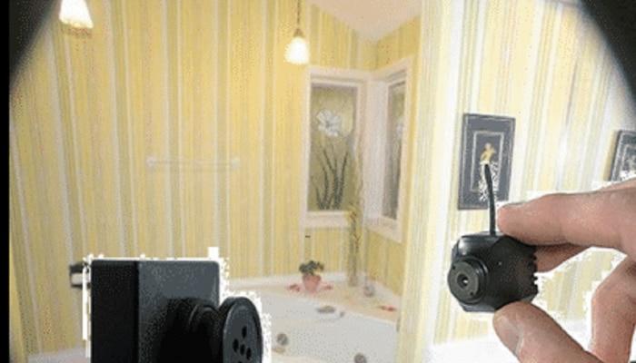पेईंग गेस्ट तरुणींच्या खोलीत घर मालकाने लावला छुपा कॅमेरा