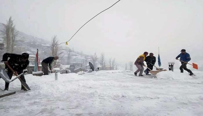 हिमाचल प्रदेशात बर्फवृष्टी, पर्यटकांमध्ये आनंदाचं वातावरण